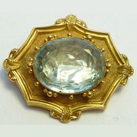 Подкладка из фольги под камнем в золотой броши