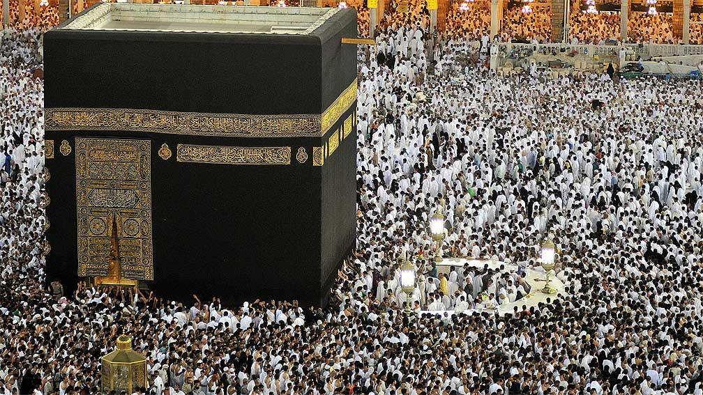 Мусульманская святыня - черный камень Каабы и тысячи верующих