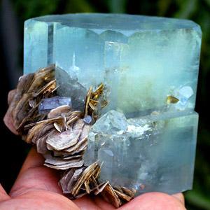 Крупный кристалл аквамарина