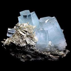 Великолепные кристаллы натурального аквамарина в горной породе