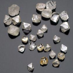 Хорошо сформированные кристаллы качественного алмаза