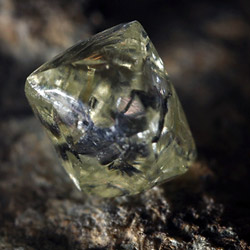Чистый алмаз в породе