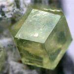 Зелений гранат камінь фото