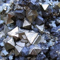 Кристаллы магнетита в породе