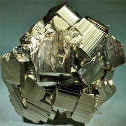 Хорошо сформированный агрегат кристаллов пирита