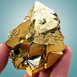 Кристалл пирита цвета золота