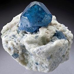 синяя шпинель - кристалл